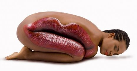 Boca pintada en el cuerpo de una mujer