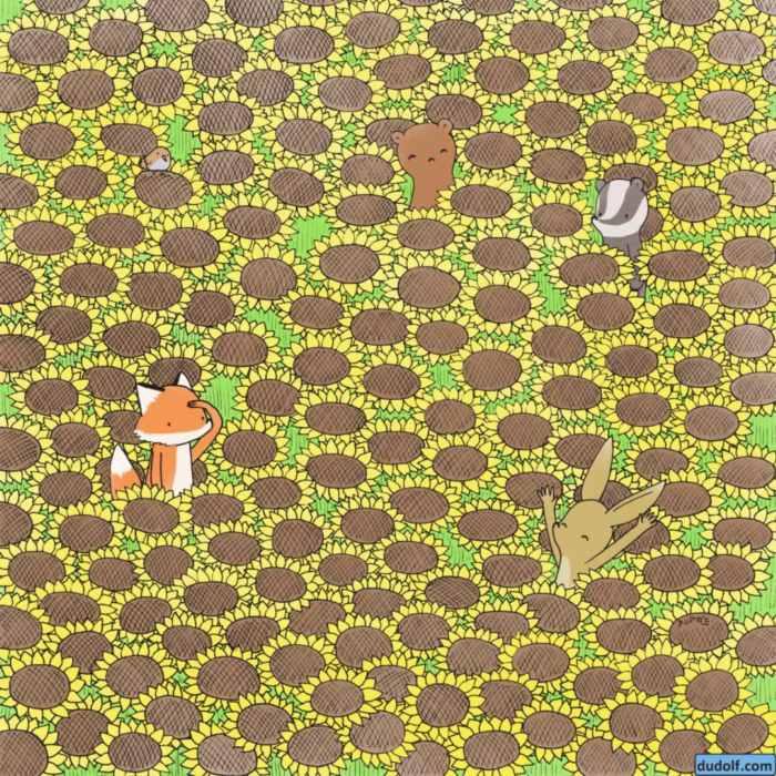 Una mariposa escondida entre los girasoles